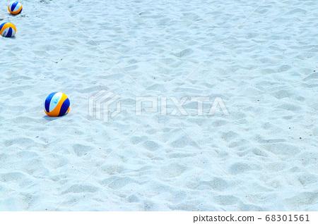 모래 해변과 비치 발리볼 68301561
