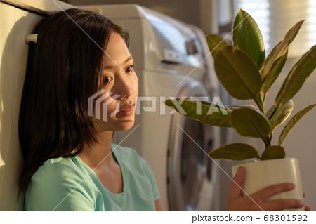 Woman lifestyle sunset 68301592