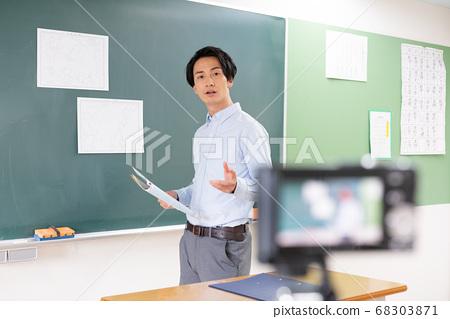 온라인 학습 수업을 제공하는 젊은 남성 교사 68303871
