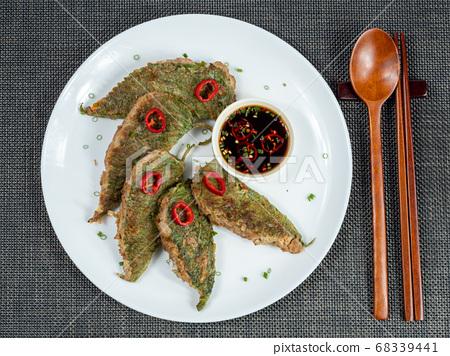 韓文:芝麻葉醬。全州是將肉類和蔬菜放在芝麻葉中烤製的,在節日期間可以食用。 68339441