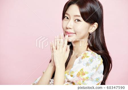 젊은여자,뷰티,미용,패션,드레스,핑크배경 68347590