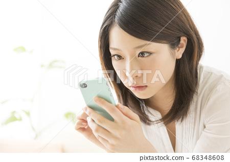 스마트 폰을 보는 여자 68348608