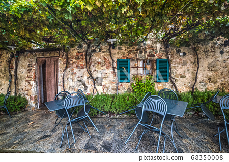 table and chairs in Monteriggioni 68350008