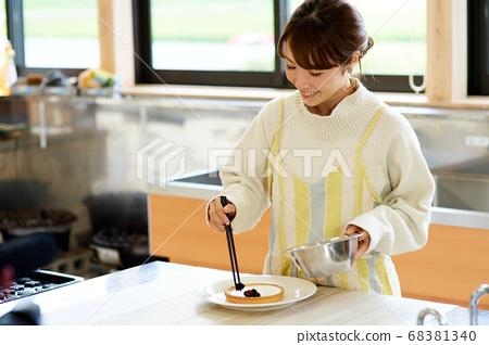 여성의 수제 케이크 68381340