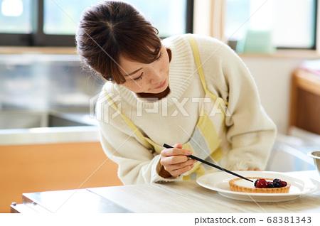 女人手工蛋糕 68381343