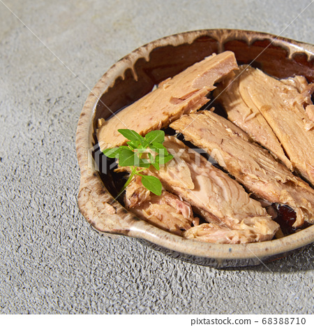 bonito, spanish mackerel-like fish, in oil 68388710
