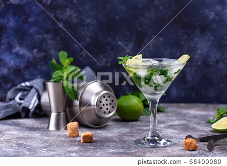 Martini cocktail with lime and mint. 68400080