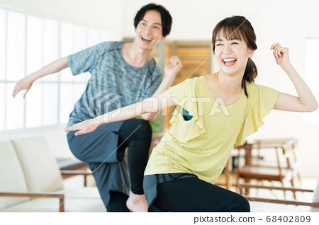 커플 부부 피트니스 운동 댄스 에어로빅 거실 라이프 스타일 68402809