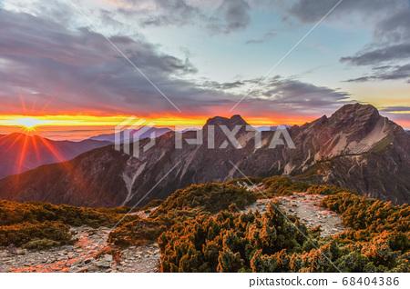 台灣百岳-玉山北峰眺望玉山主峰日出及東埔溪谷 68404386