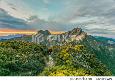 台灣百岳-玉山北峰眺望玉山主峰日出及東埔溪谷 68404389