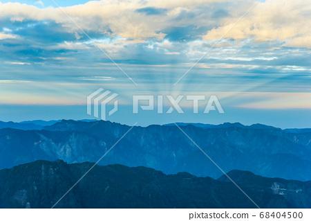 台灣百岳-玉山北峰眺望玉山主峰日出及東埔溪谷 68404500