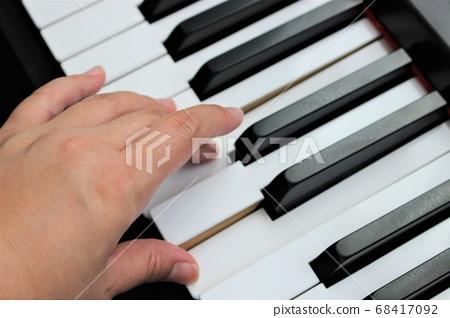 一個女人的手彈鋼琴 68417092