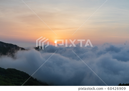 Sunrise in the sea of clouds 68426909
