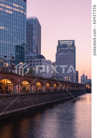 馬爾凱可愛的神田Mansei橋晚上視圖 68437356