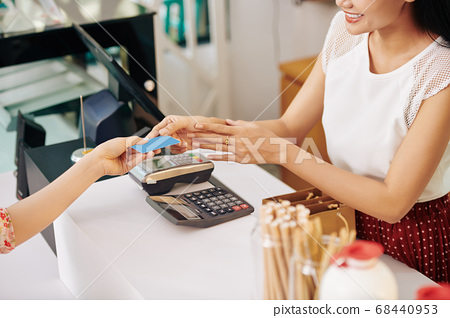 Customer paying with credit card 68440953