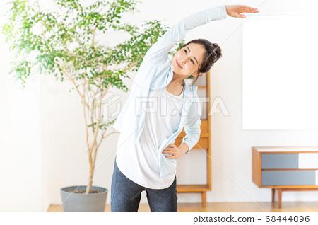 年輕女子在室內做廣播練習 68444096
