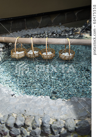 """日本拥有最大水量的""""草津温泉""""是分布在海拔1200 m的高山温泉。 68475558"""