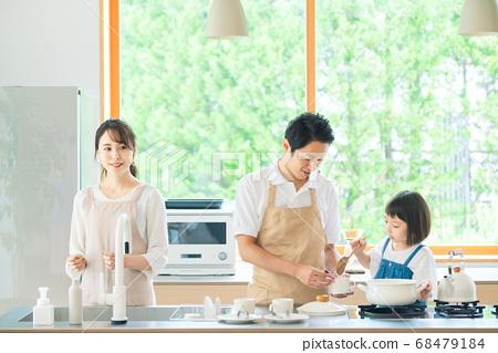 요리하는 부모 육아 이미지 68479184