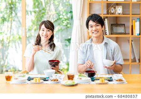 一對年輕夫婦在飯廳吃早餐 68480837