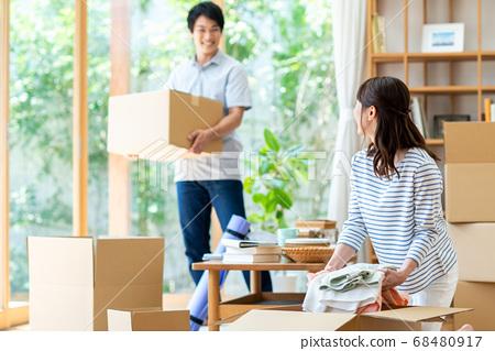 一對年輕夫婦準備搬家 68480917