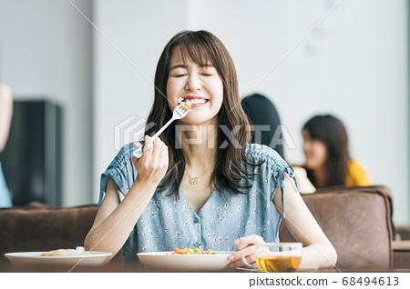在一家餐館吃飯的女人 68494613