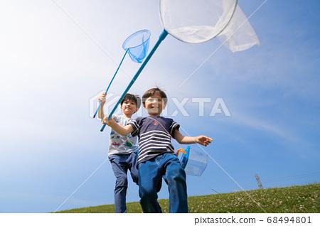 一個帶著昆蟲網跑的男孩 68494801