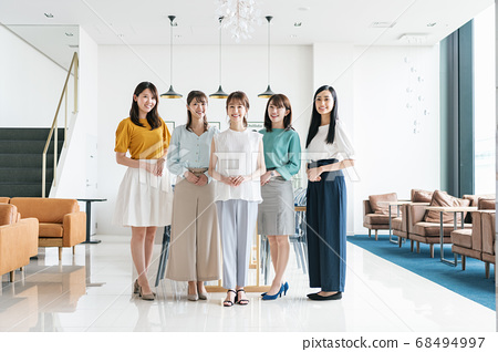 Group portrait of female employees 68494997
