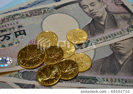 Canadian maple gold coin and Japanese banknote 68502710