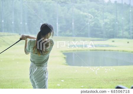 골프장에서 연습을하는 젊은 여성 68506718