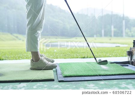 一個女人在高爾夫球場上練習的腳 68506722