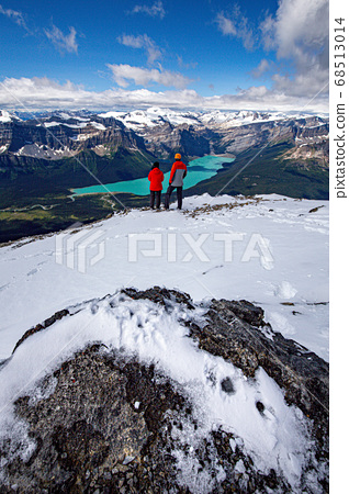 Couple met at the top of the mountain 68513014