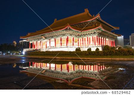 台湾的国家歌剧院夜景 68529462