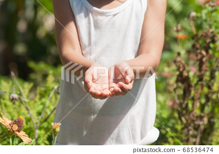 .Hand of Poor Little girl with peel skin and nail 68536474