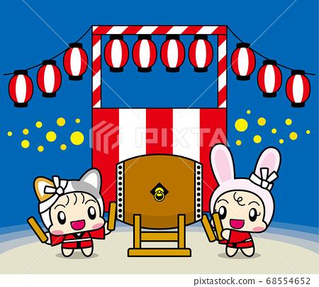 여름 축제에서 일본 북을 두드리는 고양이와 토끼 인형을 입은 아이들 68554652