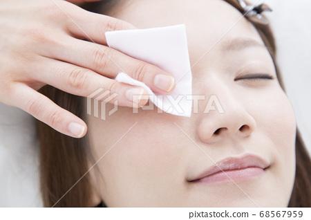 一個女人睫毛擴展 68567959