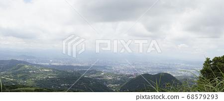 Qixing Mountain은 Taipei City를 내려다보고 있습니다. 68579293