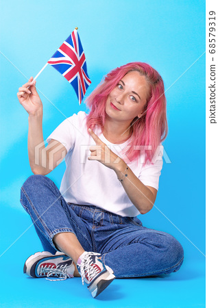 Young girl student points to the flag of Great Britain, urging her to learn English 68579319