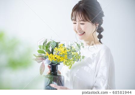 꽃병을 가진 여성 68581944