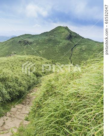 Qixing East Peak overlooks the main peak 68582047