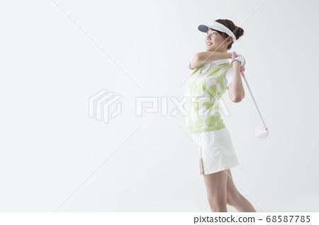 Women playing golf 68587785