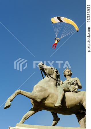 italian skydiver landing 68588951