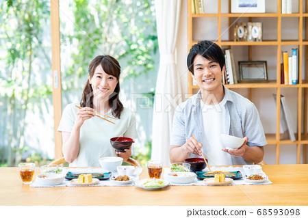 年輕夫婦用餐 68593098