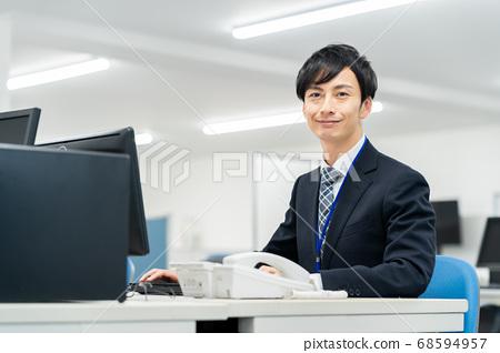 비즈니스 사업가 남성 사무실 컴퓨터 68594957
