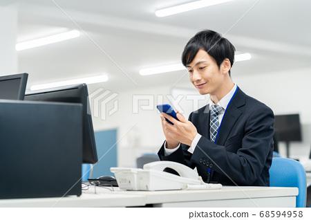 商業商人男性辦公電腦 68594958