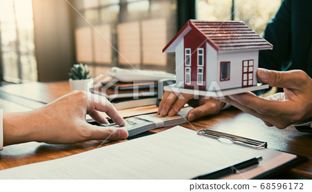 Investors are using st pen on the contract paper 68596172