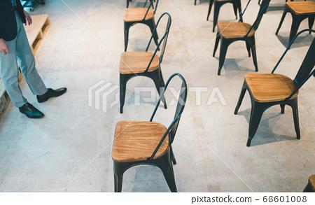 극장 형 공연장의 좌석 배치 소셜 디스턴스 68601008