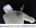 一個男人在他肩膀上嚴重疼痛的形象 68604082