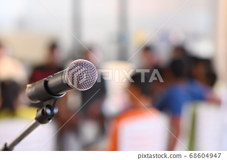 The microphone is placed in the conference room. 68604947