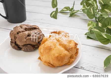 커피 컵과 하얀 접시에 얹은 두 가지 슈크림 68607639