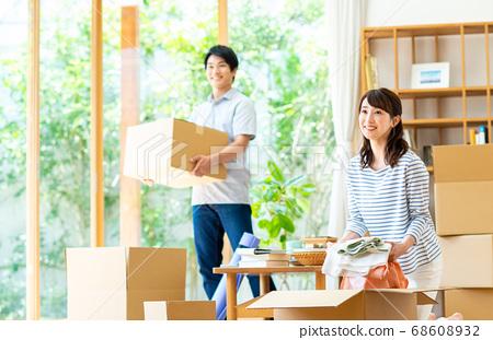 年輕夫婦移動 68608932